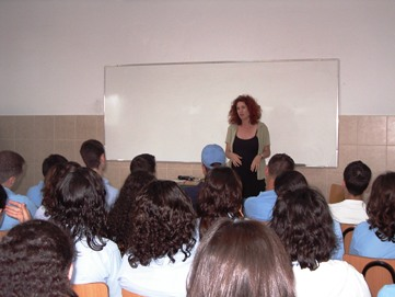 """תמונה של תלמידי פרויקט עברית בחט""""ב סנט ג'וזף בנצרת נפגשו עם הסופרת שוהם סמיט"""